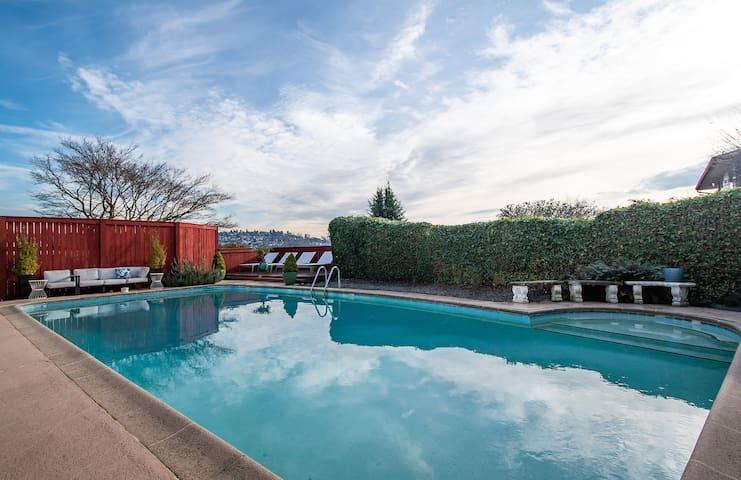 Seattle Poolside Suite