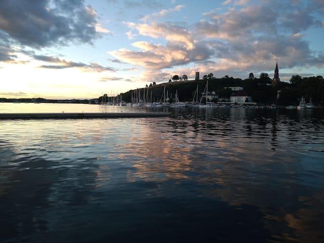 Liten koselig seilbåt på brygga I tønsberg