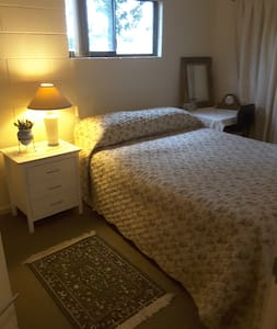 QUEEN BEDROOM - Sunshine Beach $55 - 선샤인 비치(Sunshine Beach)