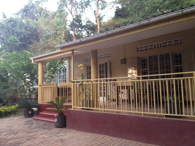 Rooms in bungalow in tropical garden, Naguru - Kampala - House