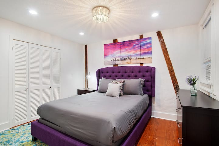 Gorgeous, Inviting Uptown Condo, Clio Comfort