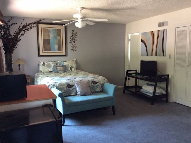 Comfortable, quiet midtown suite with lots of room - Fort Collins - Rumah