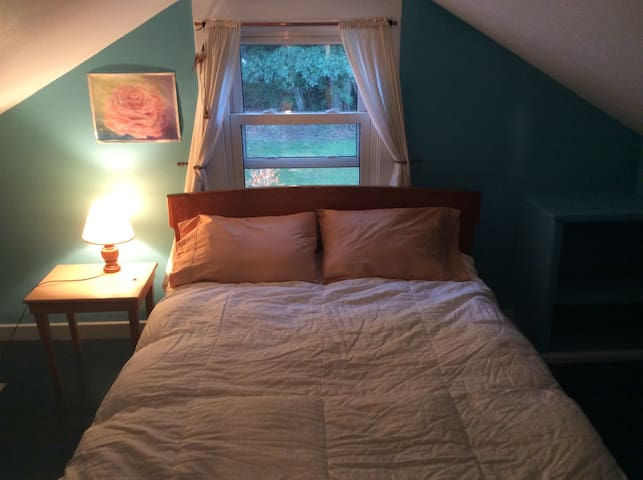 Two cozy bedrooms in 1812 home, easy walk to town! - South Hadley
