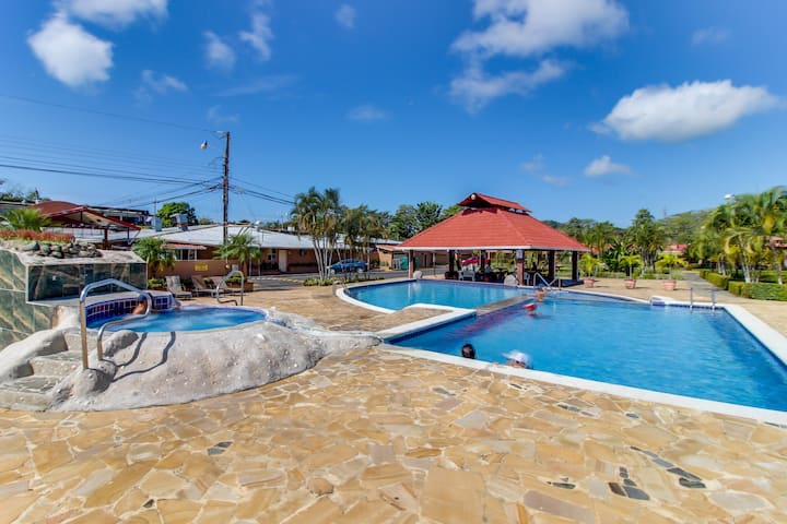 Condo w/ shared pool, bikes & great location - walk to the beach.