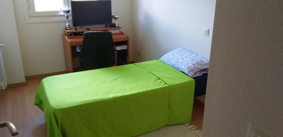Dormitorio muy amplio con todos los servicios