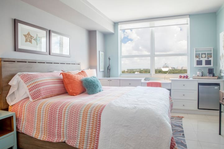 Renovated 10th Fl: Private Unit located in Coconut Grove Hotel!