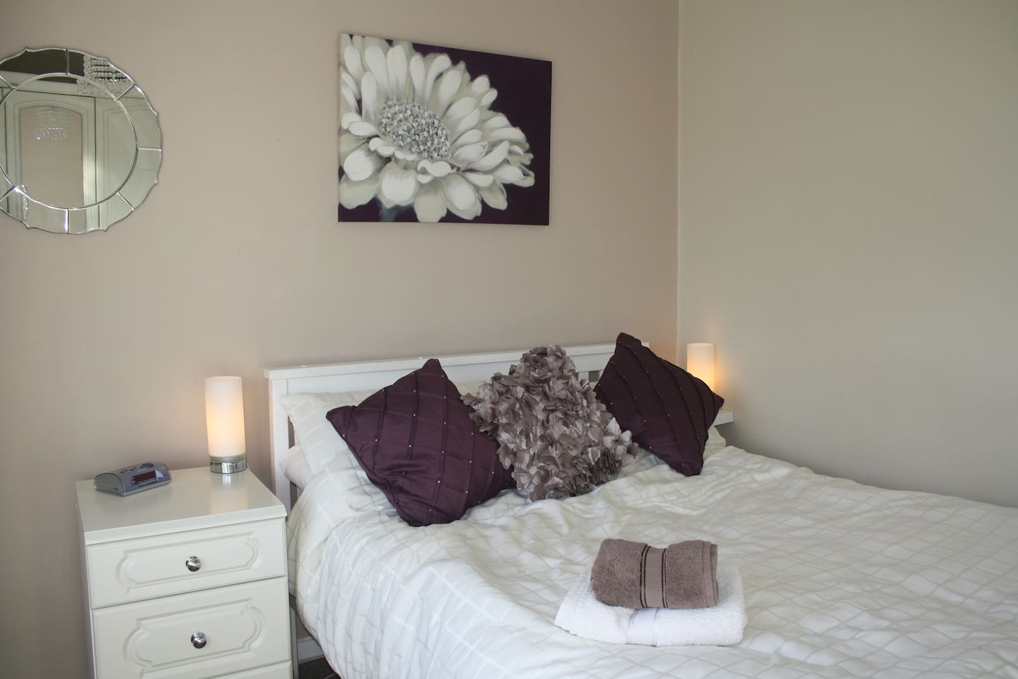 Double bedroom with towels and fresh linen provided. TV and fast WiFi
