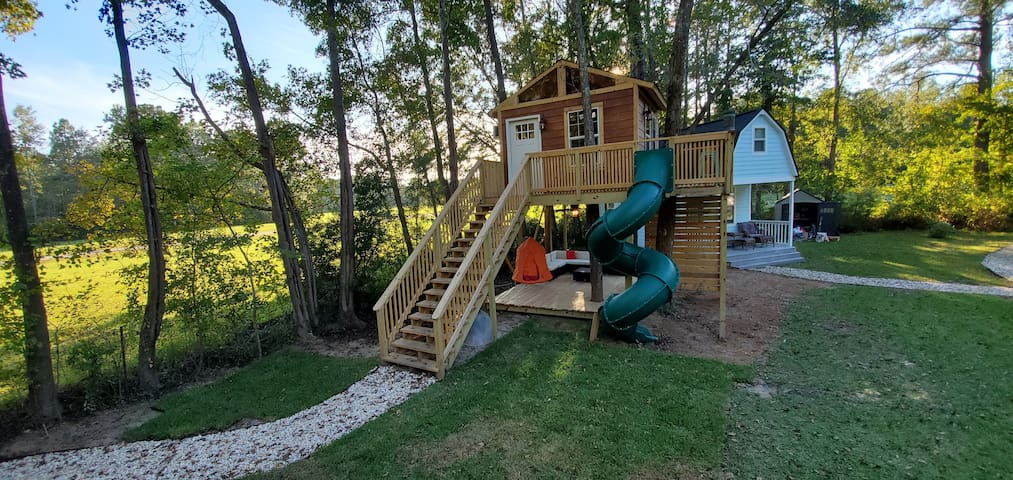 AMAZING Treehouse in the sky! Slide rockwall & bar