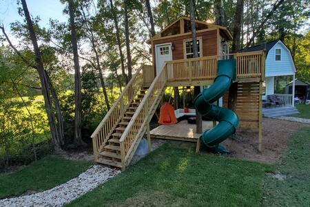 AMAZING Treehouse in the sky! Slide rockwall & bar