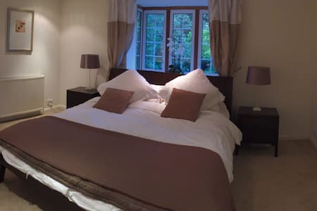 Stunning kingsize room with large ensuite, parking - Cobham