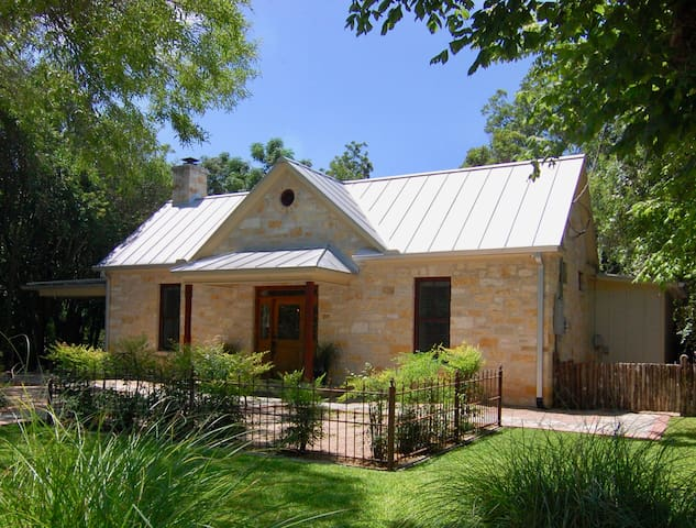 Axis Inn-Hill Country Home 2 Blocks From Main