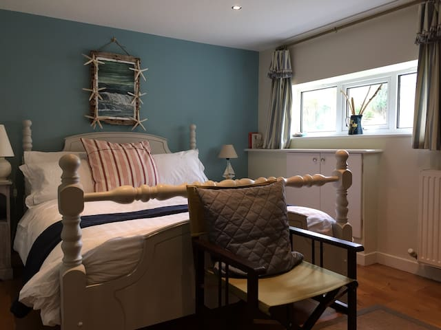 Lovely Craster seaside king bed - Craster