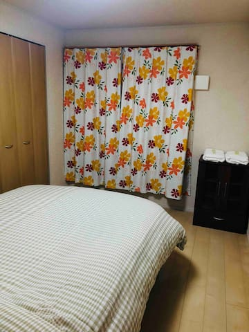 二楼的双人间。有一张大床,还可添加一张地铺。
