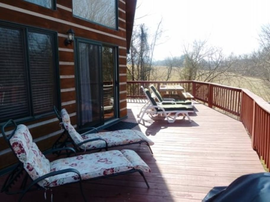 Large Deck w/ Picnic Table