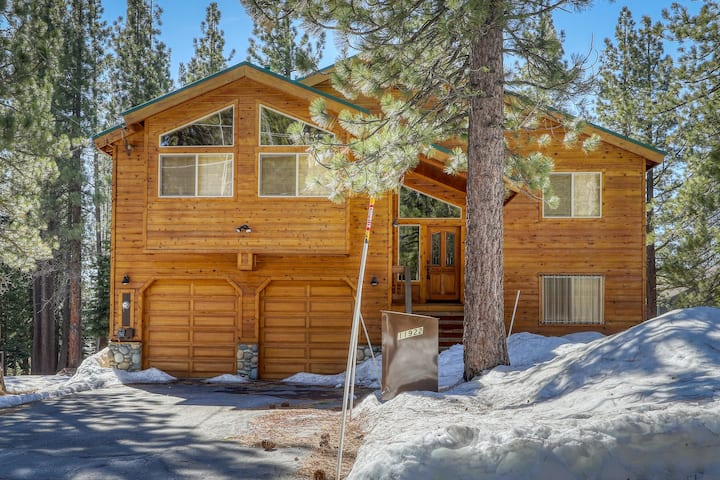 Cozy mountain home w/ a full kitchen, furnished deck, & gas grill