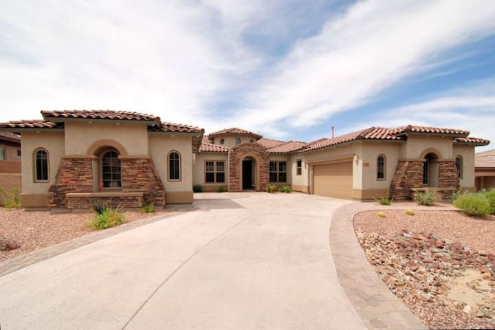 Bright and comfortable home w/ private hot tub & spacious yard, near golf!