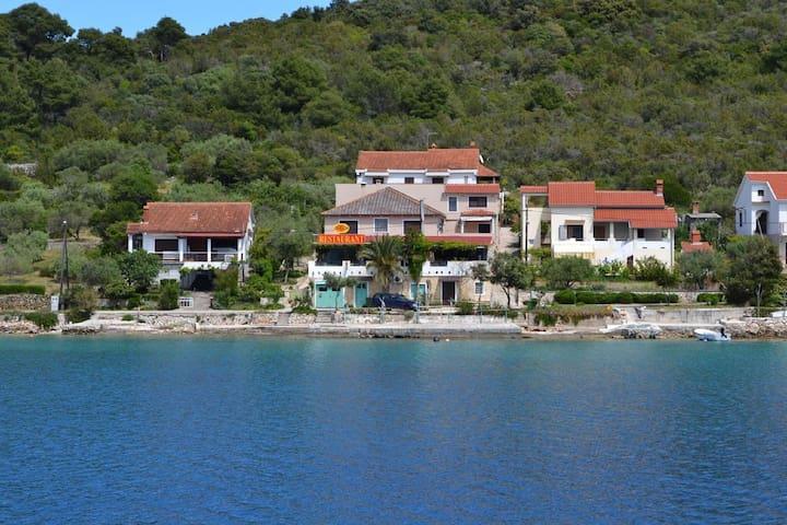 Amplia casa frente al mar con terraza y vista al mar!