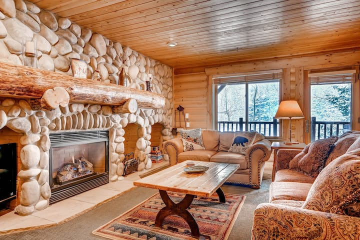 Unbeatable mountain condo w/private hot tub & shared pool – walk to the lifts!