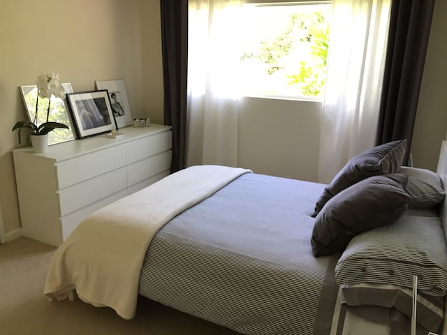 Clean mint private bedroom & bathroom. - Santa Monica - House