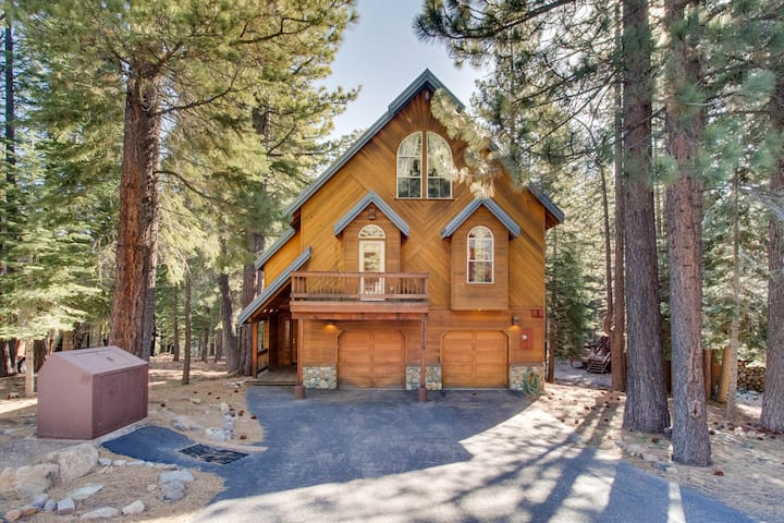 Getaway w/ full Tahoe Donner amenities -shared pool & hot tub, 3 miles to skiing