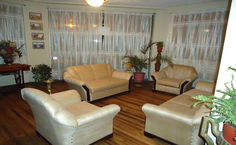 2 Bedroom Apartment (Historic Center) - Cuenca - Huoneisto