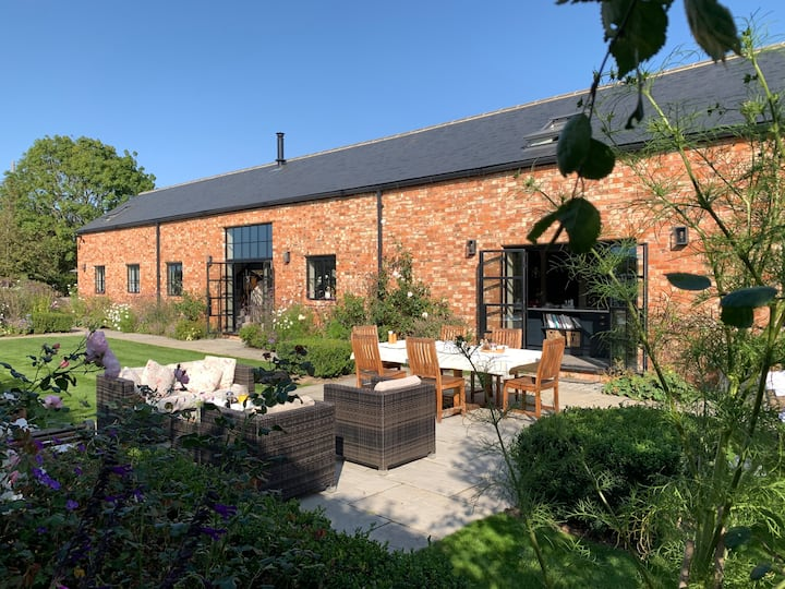 Luxury 3 bed, 3 bath barn conversion with garden