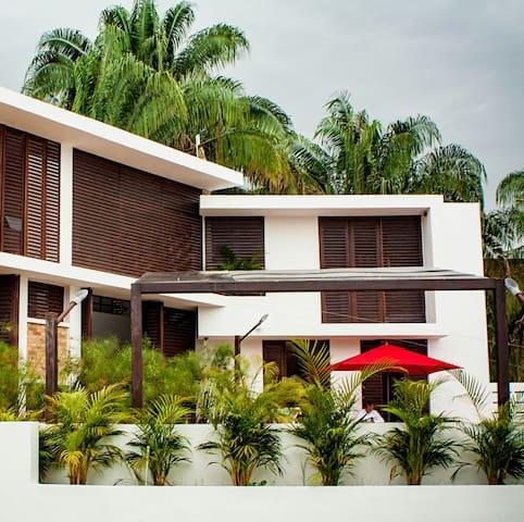 Amplia Fresca Casa con piscina en temporada baja.