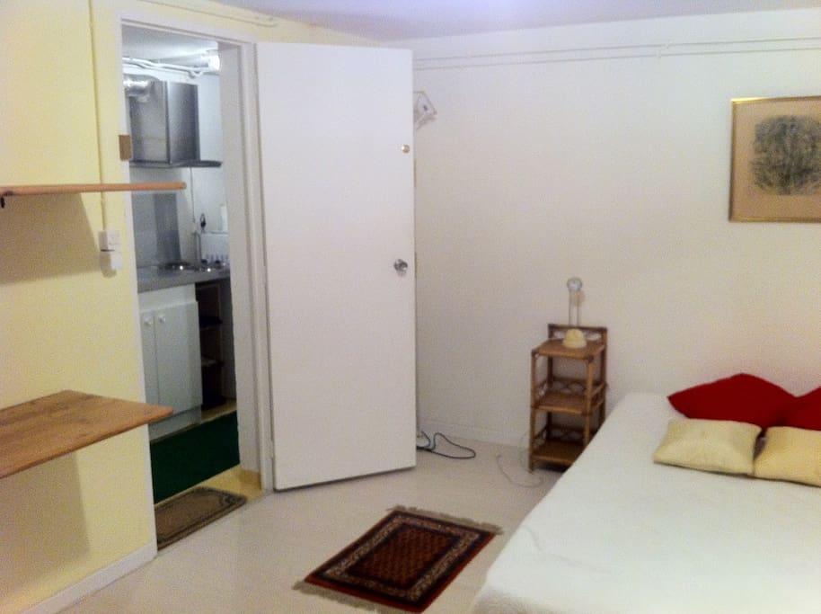 Chambre avec étagères de rangement et bureau