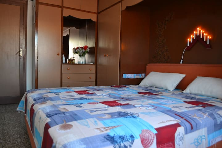 спальня El dormitorio es de 18 metros cuadrados, tiene una cama de matrimonio  grande, los muebles empotrados y el aire acondicionada.