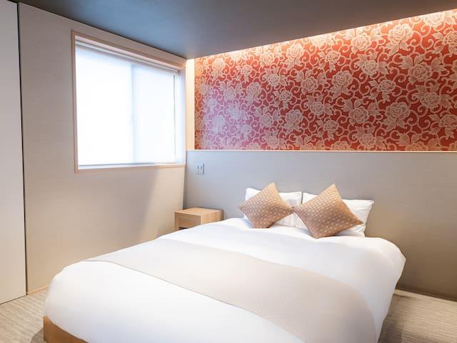 2名様でご利用の際もゆっくりお休みいただけるクイーンベッドです。 窓にはロールカーテンもついていますので強い日差しも遮れます。 A queen bed that can sleep well when used by 2 people. The window is also equipped with a roll curtain to block strong sunlight.
