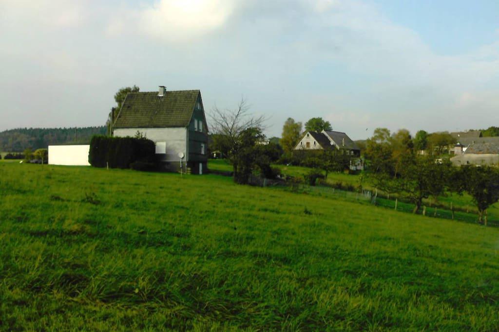 Von unserem kleinen Häuschen direkt ins Grüne