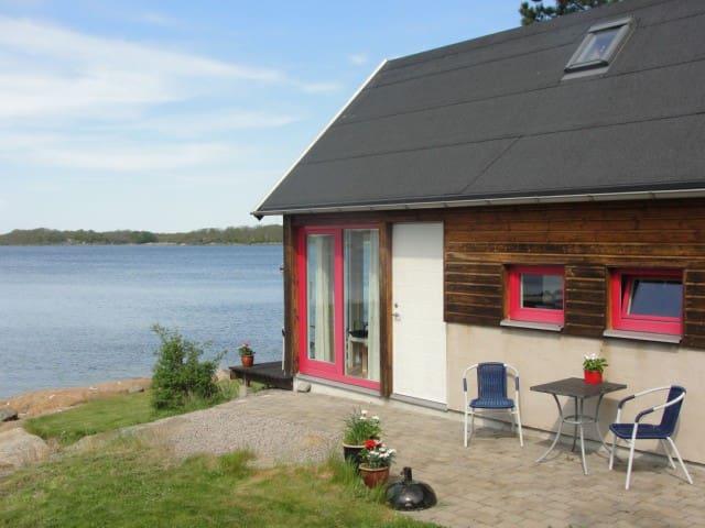 Modern stuga endast 10 m fr havet.