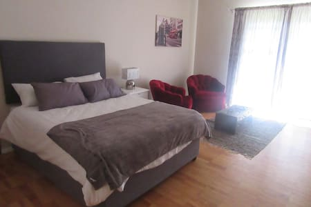 Lovely Garden Studio self catering unit/safe park. - Cape Town - House