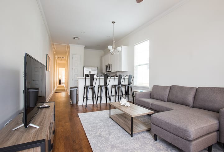 ★Modern & Clean Home - Walk to Freret and Tulane!★