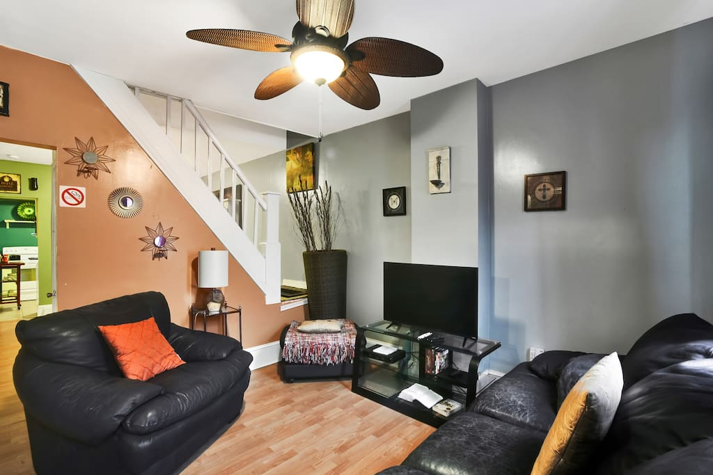Comfortable Cozy Living Room, Perfect for Gatherings & Family Time, TV, Cable WIFI, Warm & Intimate