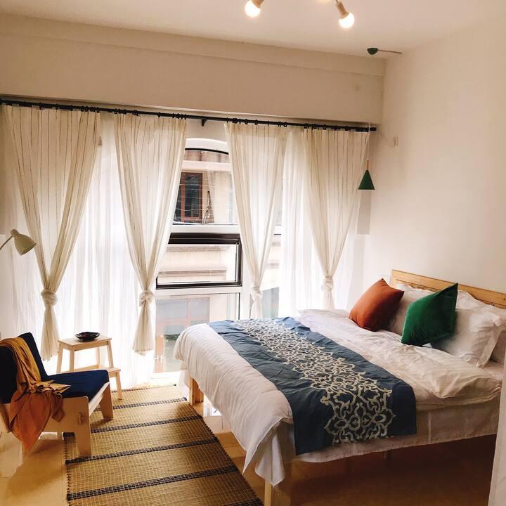 独享超大露台卧室-极简风格的现代轻奢民宿-奕墅