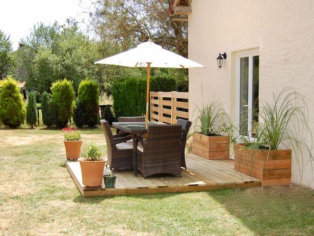 Cosy 2 Bed Cottage in Pretty Dordogne Village