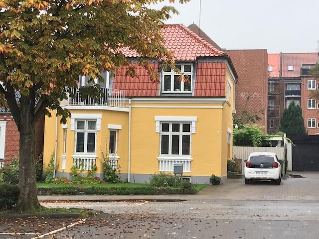 VIBORG CENTRUM  tæt på bus/tog