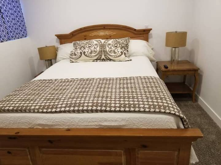 Charming Queen Bed w/Private TV & Waffle Breakfast