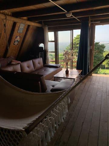 En nuestra sala contamos con un sofá cama que se vuelve cama doble, y dos hamacas una con estilo peruano y otra con estilo wayu