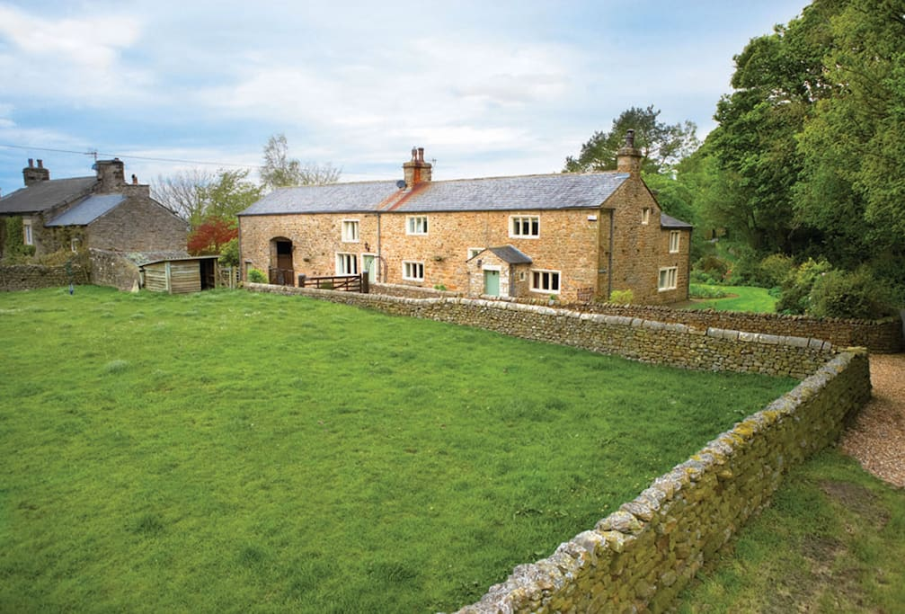 Masongill Lodge self catering holiday cottage is close to the unspoiled market towns of Kirkby Lonsdale (5 miles) and Settle (13 miles) and within easy reach of the Forest of Bowland and Southern Lake District for those who want to venture further afield