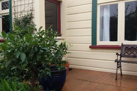 In the heart of vibrant Newtown, private and sunny - Wellington - Villa