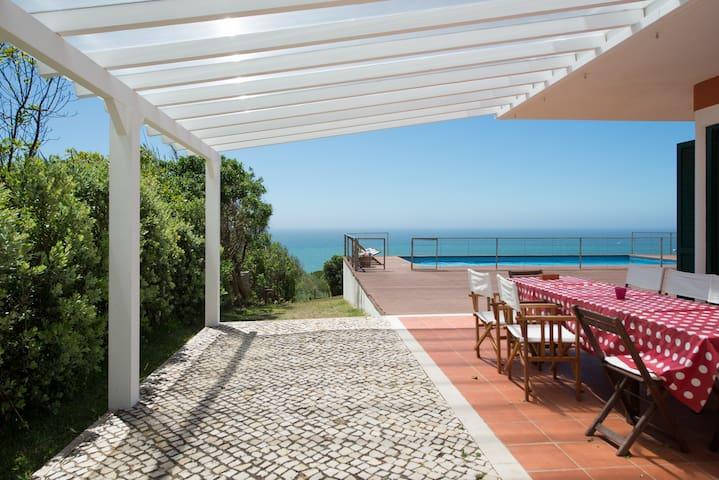Beach house with an unique sea view - São Pedro da Cadeira - บ้าน