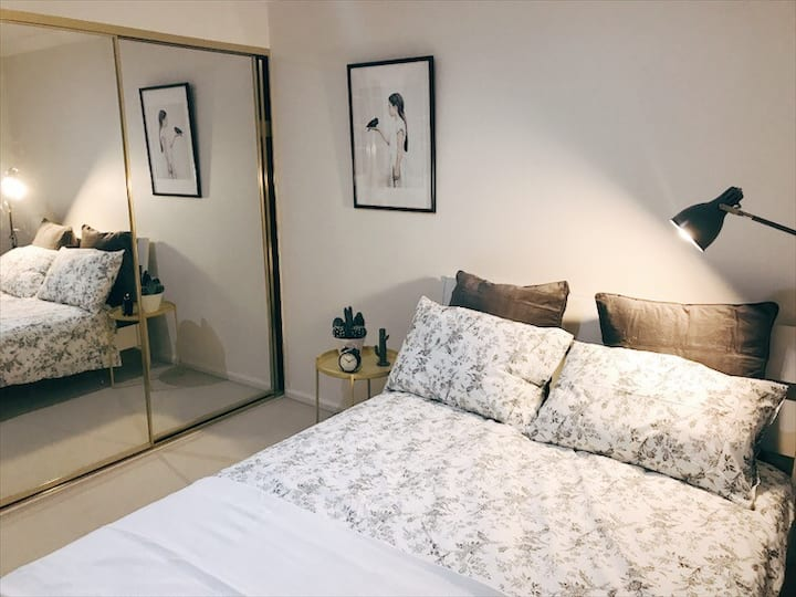 Sunny Relaxed queen bedroom 20mins to airport