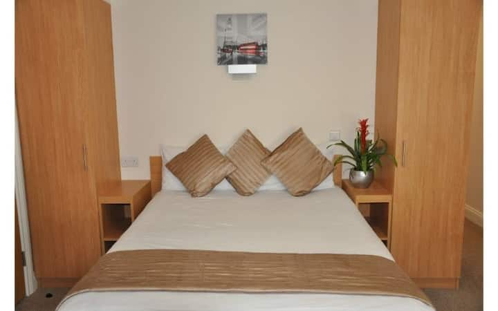 Queens Hotel - DOUBLE ROOM - Breakfast & Wifi Inc