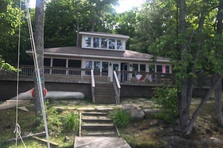 Beautiful  Muskoka cottage  at Crane Lake