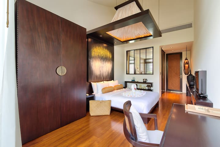 Your ensuite bedroom 1 with his 5 meters high ceilings, the domotic, the teak floor, the ultra confortable queen bed mattresses, the tv connected to the movie database and worldwide tv channel, the fiber topical internet, the bathroom, the dressing..