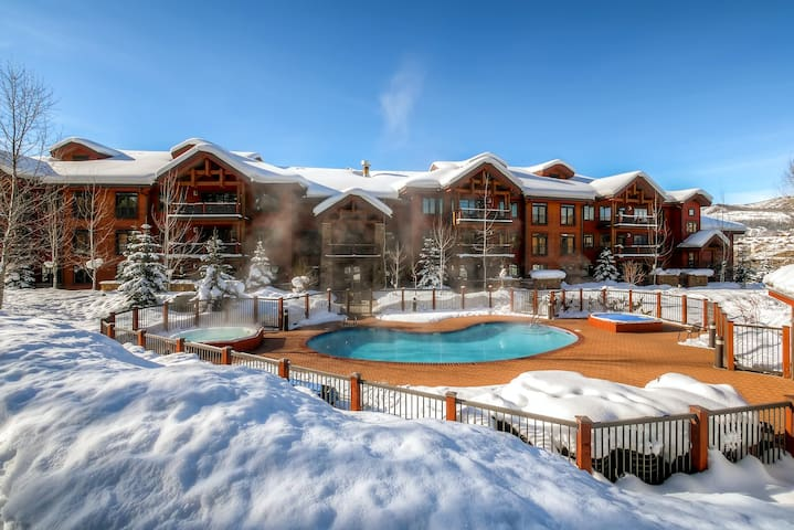 Spacious condo w/ resort style amenities & winter shuttle