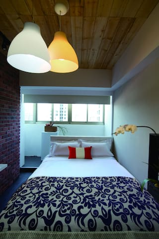 spacious queen size bed with high-tread count bedding 加大的高级双人床