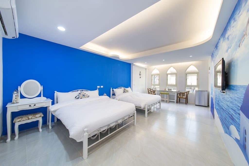 房型設計採地中海藍白色系 搭配彷如真實般的教堂
